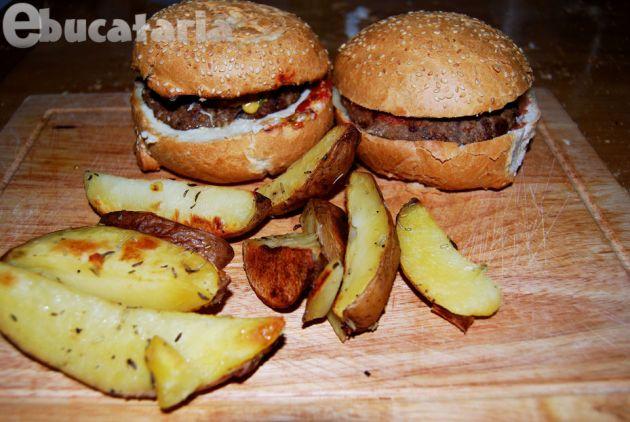 Hamburgeri de casă cu cartofi