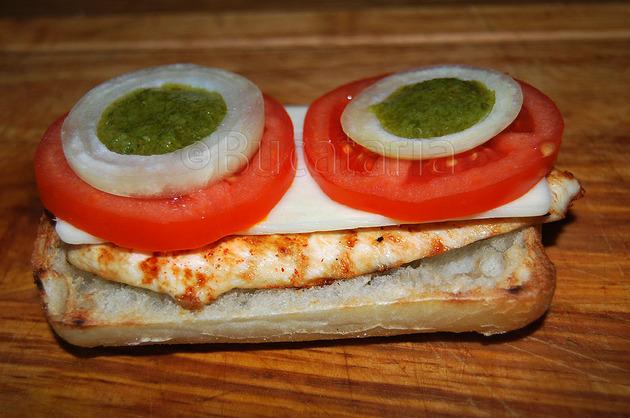 Sandwich cu pui și chimichurry