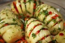 Cartofi cu brânză şi legume la cuptor