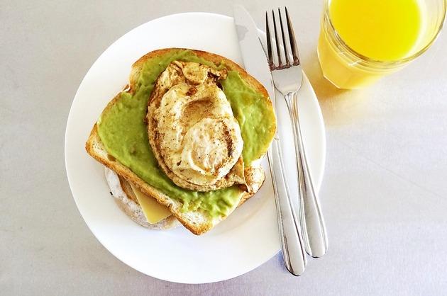 Sandvici cu ou şi pastă de avocado