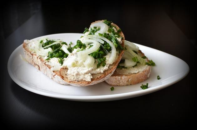 Gustare cu cremă de brânză şi ceapă verde