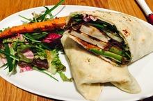 Lipie cu brânză şi salată de legume