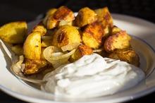 Cartofi la cuptor cu sos de iaurt şi usturoi