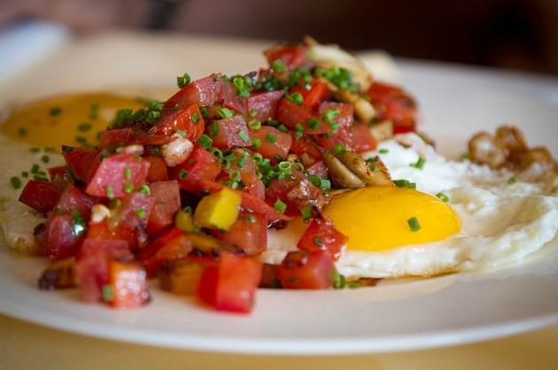 Ou ochi cu salată de ardei şi roşii