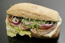 Sandvici cu muşchiuleţ de porc şi ceapă roşie
