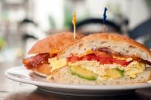 Sandvici cu omletă şi avocado