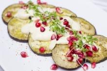 Rondele de vinete cu mozzarella şi seminţe de rodie