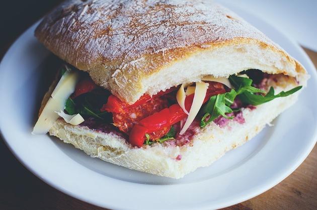 Sandwich cu brânză şi legume la grătar