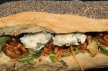 Sandwich cu nuci, legume şi brânză cu mucegai