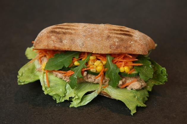 Sandvici cu ton şi porumb