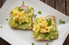 Sandvici cu avocado şi omletă