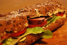 Sandwich cu cremă de brânză și mușchi afumat