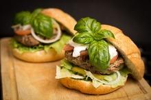 Hamburger cu chifteluţe din piept de pui