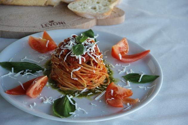 Spaghete cu vită şi sos de roşii