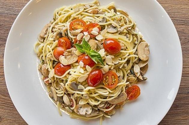Spaghete cu roşii cherry, ciuperci şi fulgi de migdale