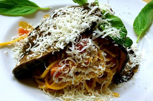Cuib de spaghete cu vinete coapte