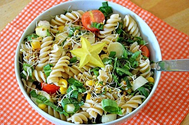 Salată cu paste spirală şi legume