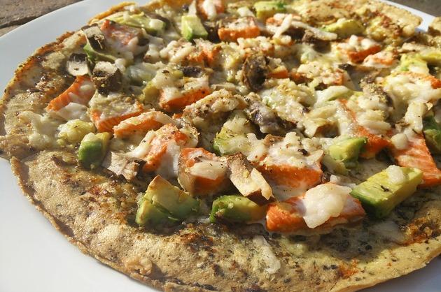 Pizza cu somon şi avocado