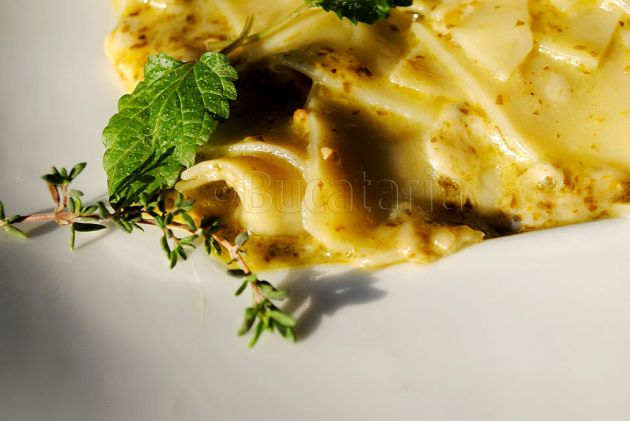 Cioburi de lasagna cu brânzeturi și pesto