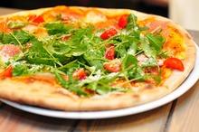 Pizza cu roşii, parmezan şi rucola