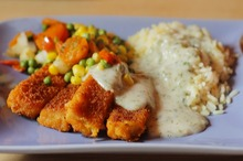 Fish fingers cu orez şi sos de smântână
