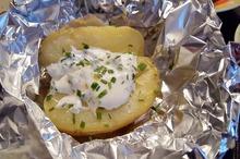 Cartofi copţi cu sos de iaurt