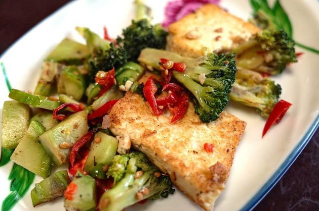 Brânză la grătar cu legume asortate