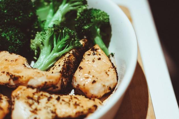 Piept de pui cu broccoli şi sos chimichurry