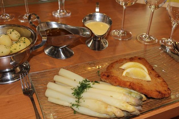 Şniţel de pui cu sparanghel şi cartofi natur