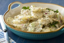 Cartofi fierţi cu sos de iaurt şi usturoi
