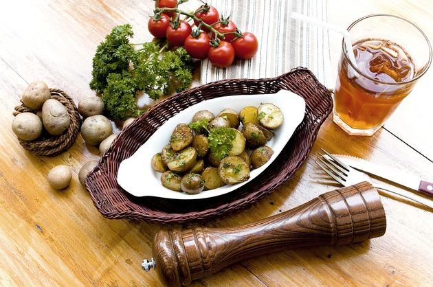 Cartofi copţi, cu cimbru şi rozmarin