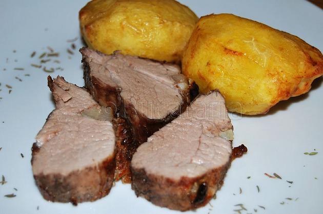 Mușchiuleț împănat și cartofi copți