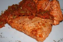Somon cu sos de ceapă și castraveți