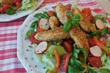 Piept de pui cu susan şi salată de legume