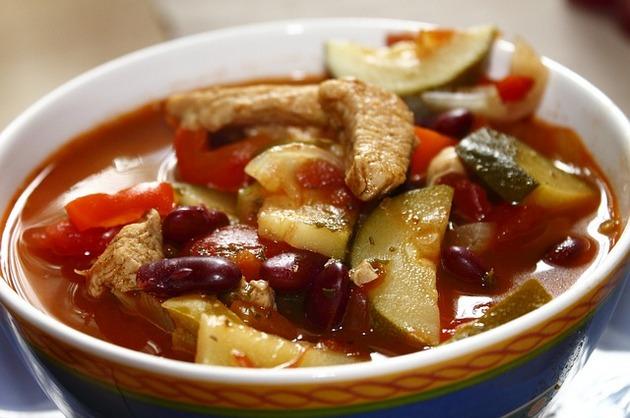 Pui cu legume în sos roşu