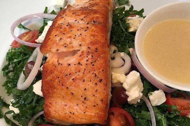 Somon la grătar, cu salată de rucola şi brânză