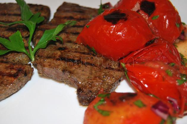 Steak Cajun cu salată de roșii prăjite