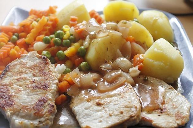 Muşchiuleţ de porc la grătar, cu garnitură de legume