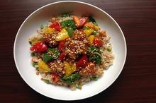 Salată de orez brun, cotlet de vită şi legume