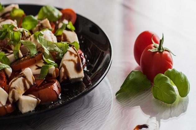 Salată cu mozzarella şi roşii