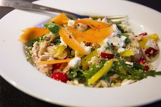 Salată de quinoa, brânză şi crudităţi