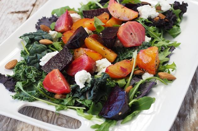 Salată de legume şi brânză de burduf