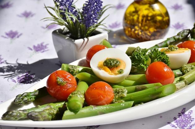 Salată de sparanghel şi ouă