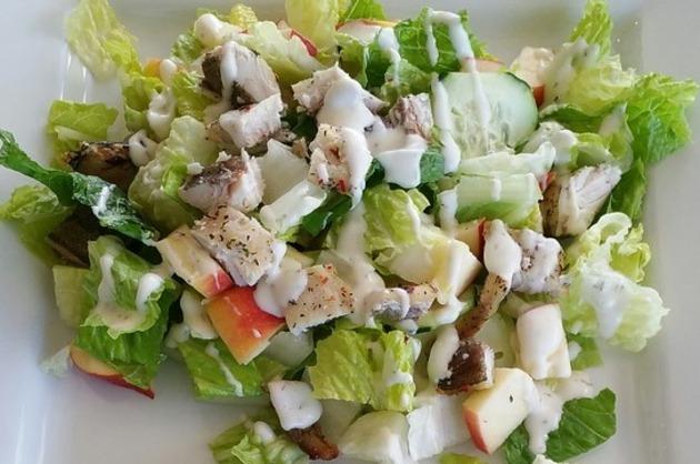 Salată de piept de pui şi crudităţi
