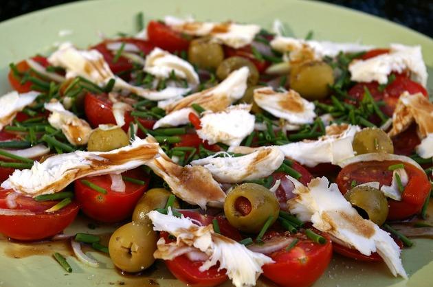 Salată cu piept de pui, măsline şi roşii