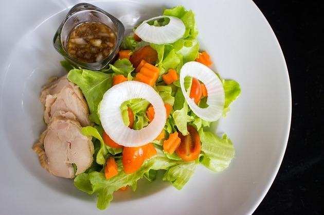Salată cu ruladă de pui şi legume