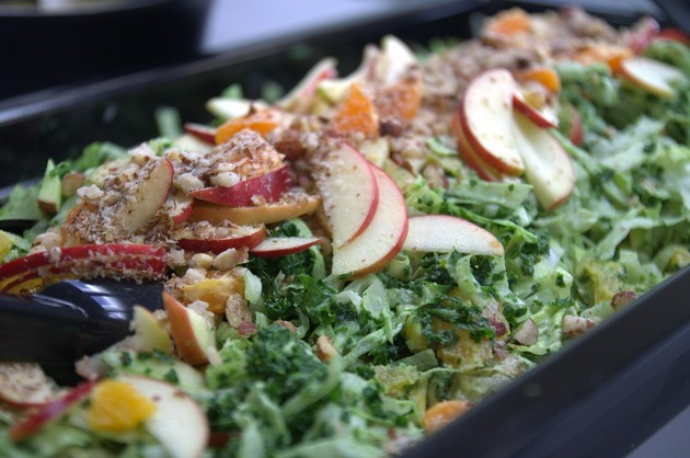 Salată cu fructe, nuci şi legume verzi