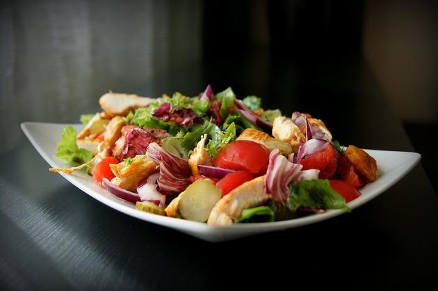 Salată cu pui şi legume