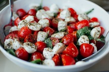 Salată cu roşii, mozzarella şi ouă de prepeliţă