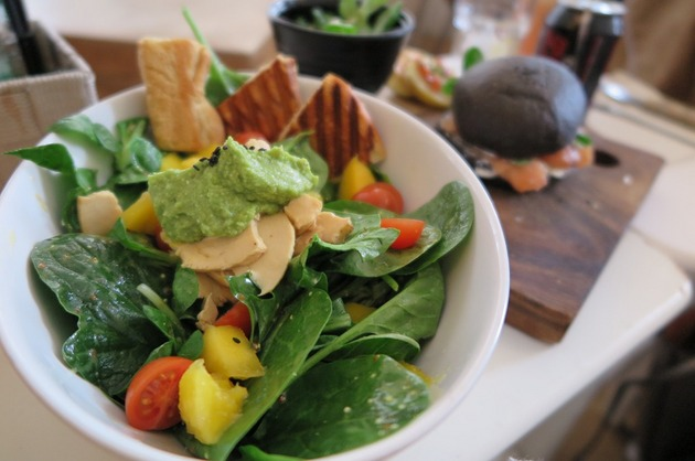 Salată de spanac, brânză şi cremă de avocado